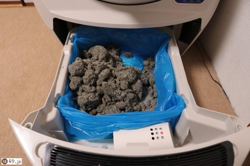 キャットロボットのトレーに落ちた排泄物